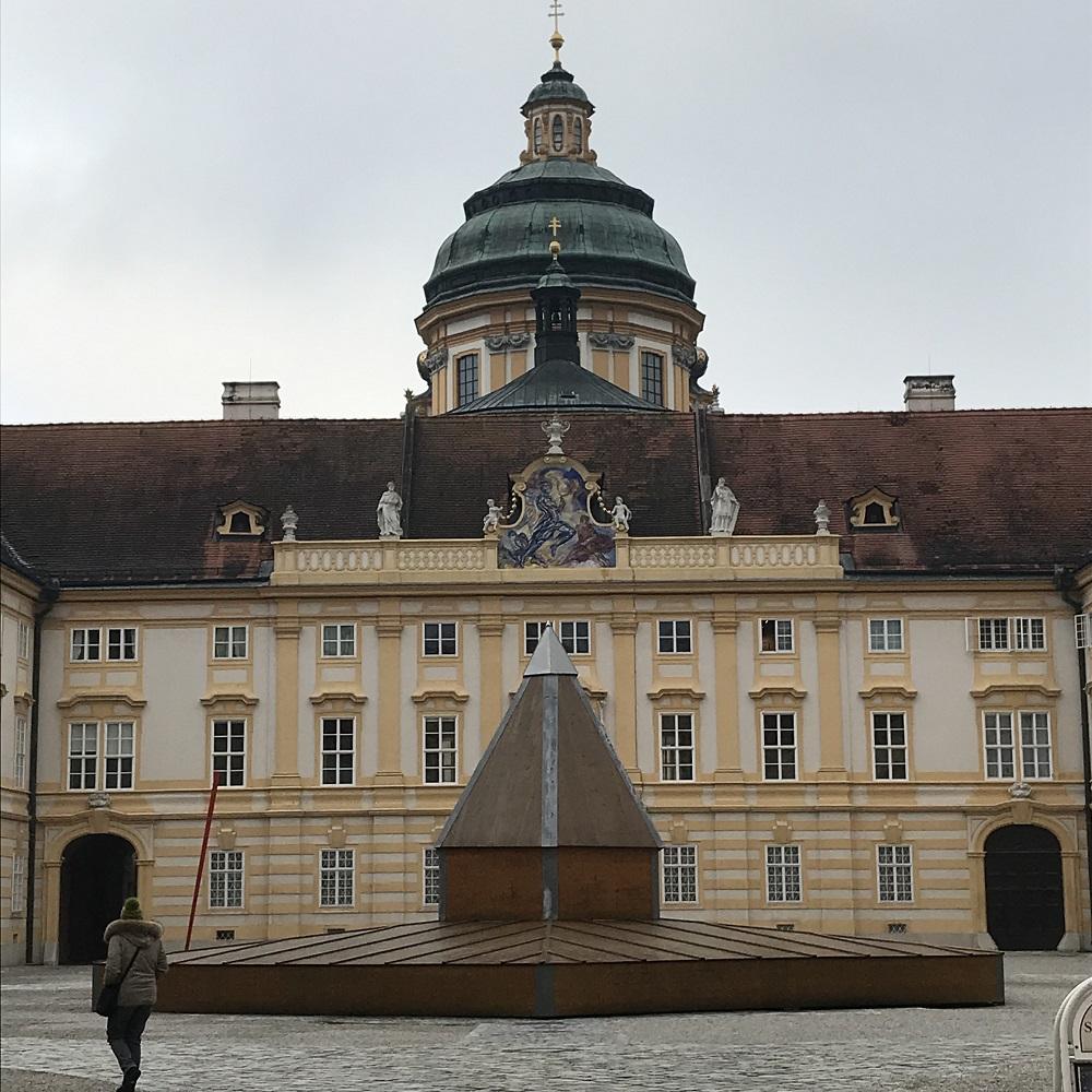 Stiftshof mit Kuppel der Stiftskirche