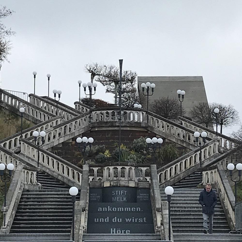 Stiegenanlage von der Terrasse des Stiftsrestaurants zum Parkplatz