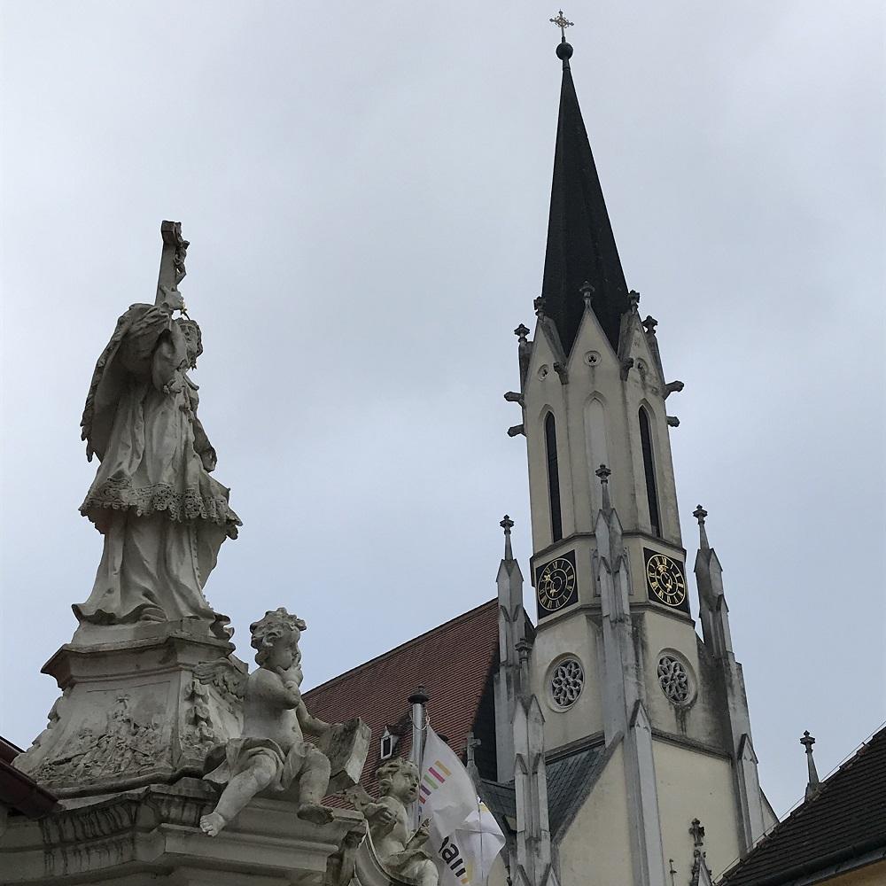 Nepomukstatue und Pfarrkirche