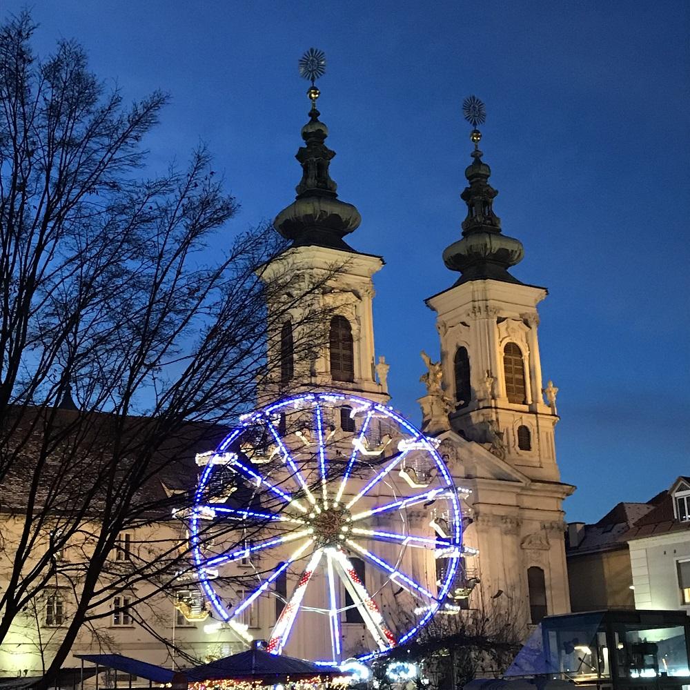 Weihnachtsmarkt vor der Kirche Mariahilf