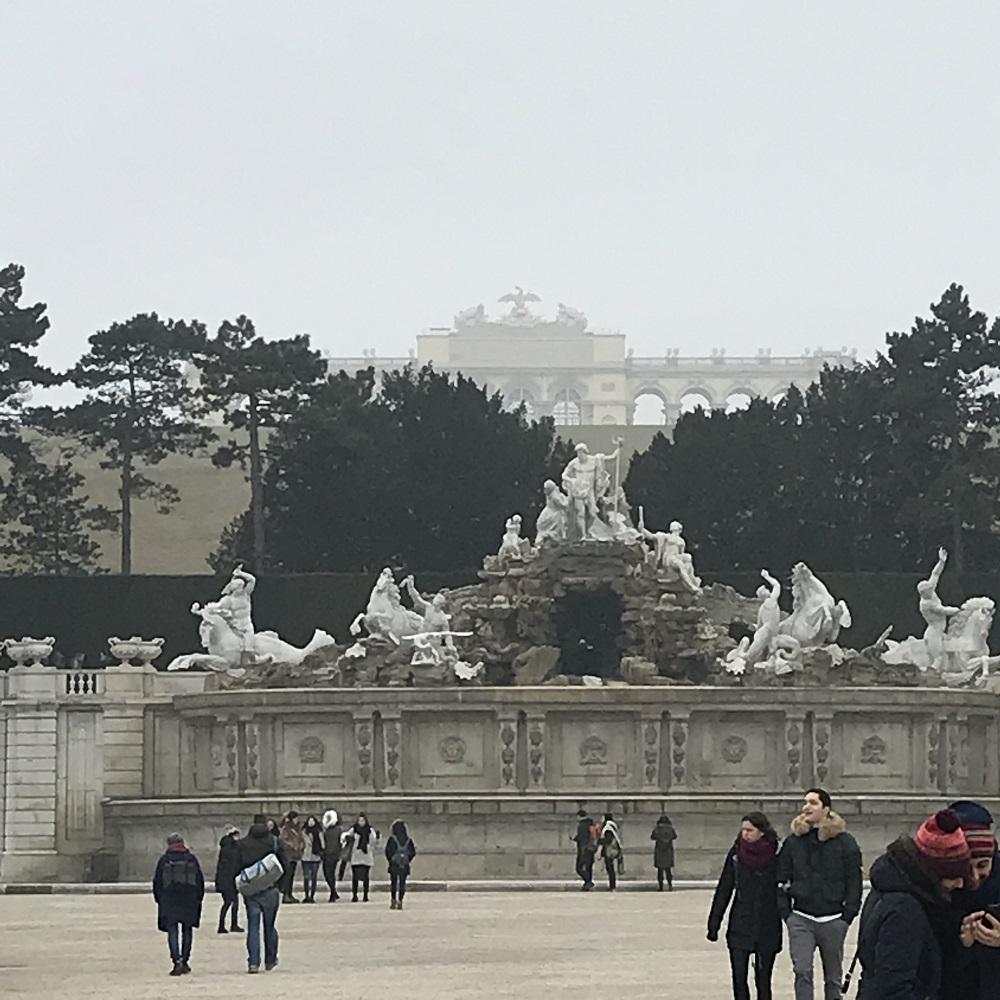Blick vom Großen Parterre zu Neptunbrunnen und Gloriette