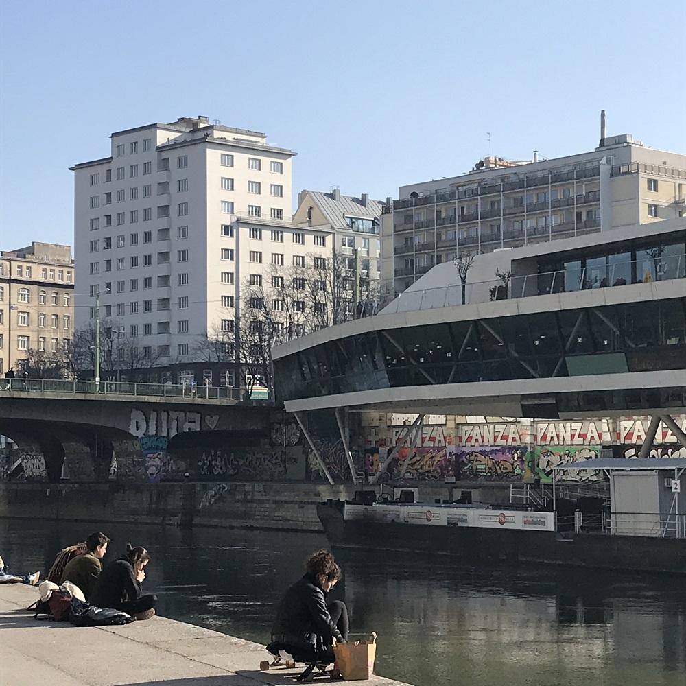 Blick zu Schiffstation Wien City
