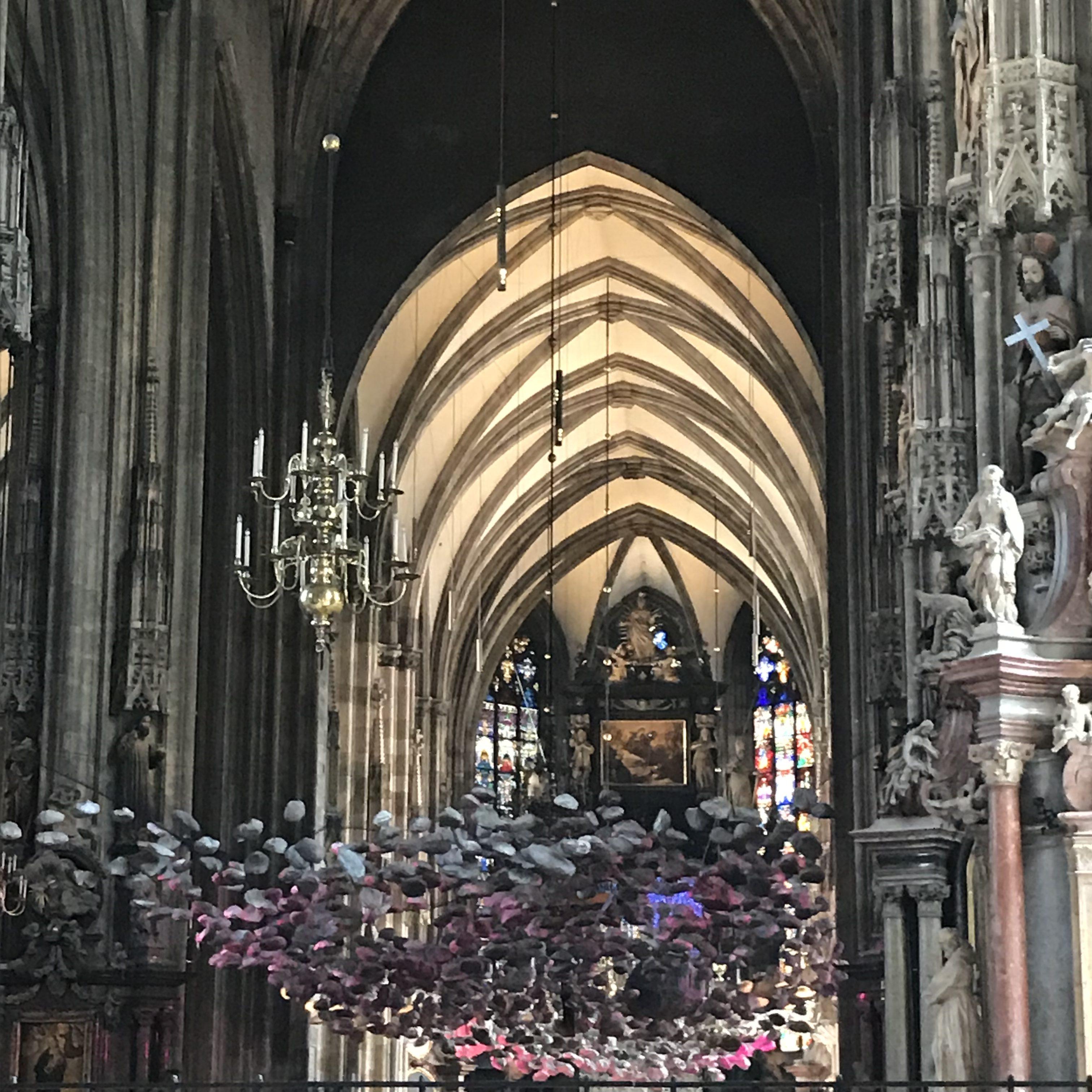 Die Installation im Kirchenschiff