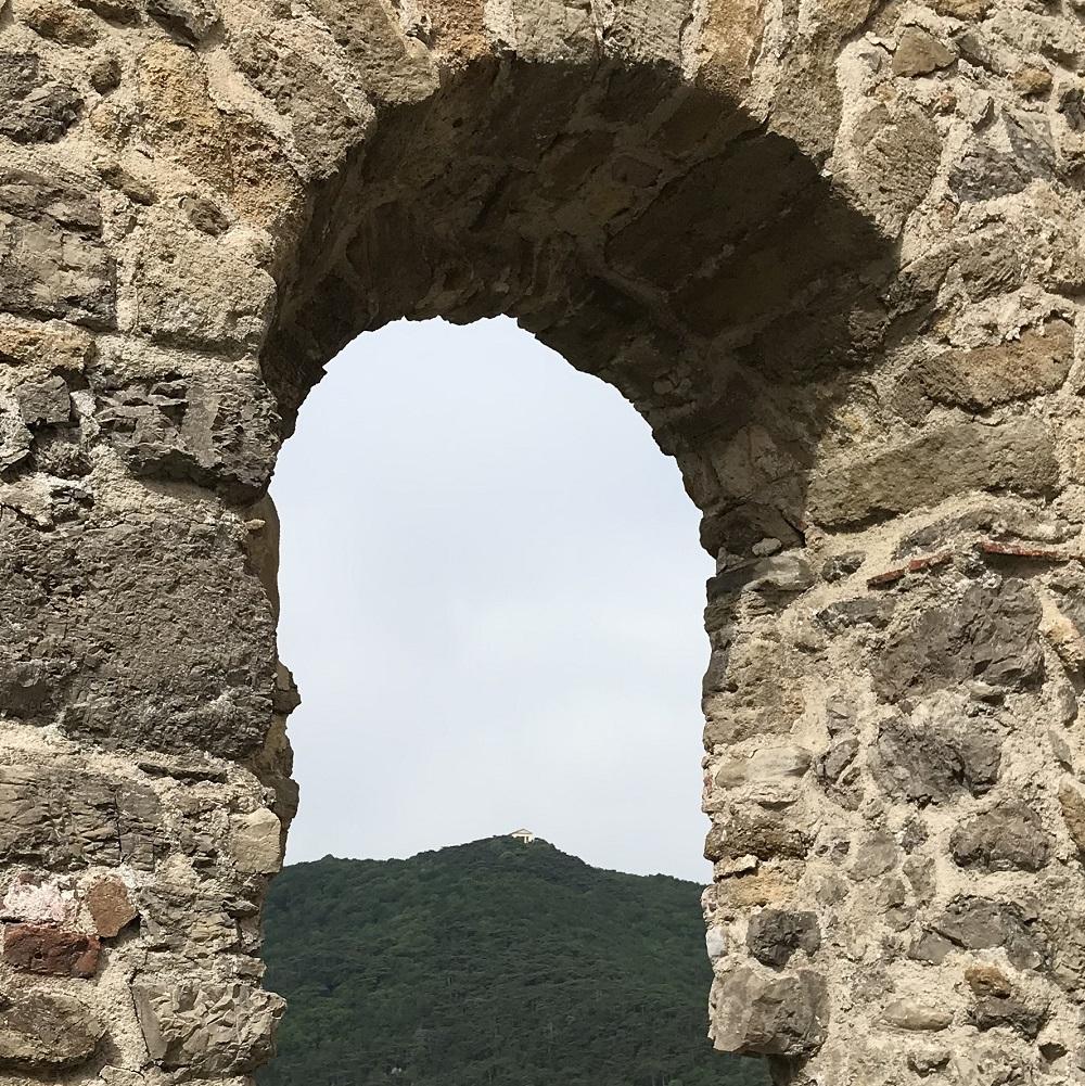 Blick von der Burg Mödling zum Husarentempel