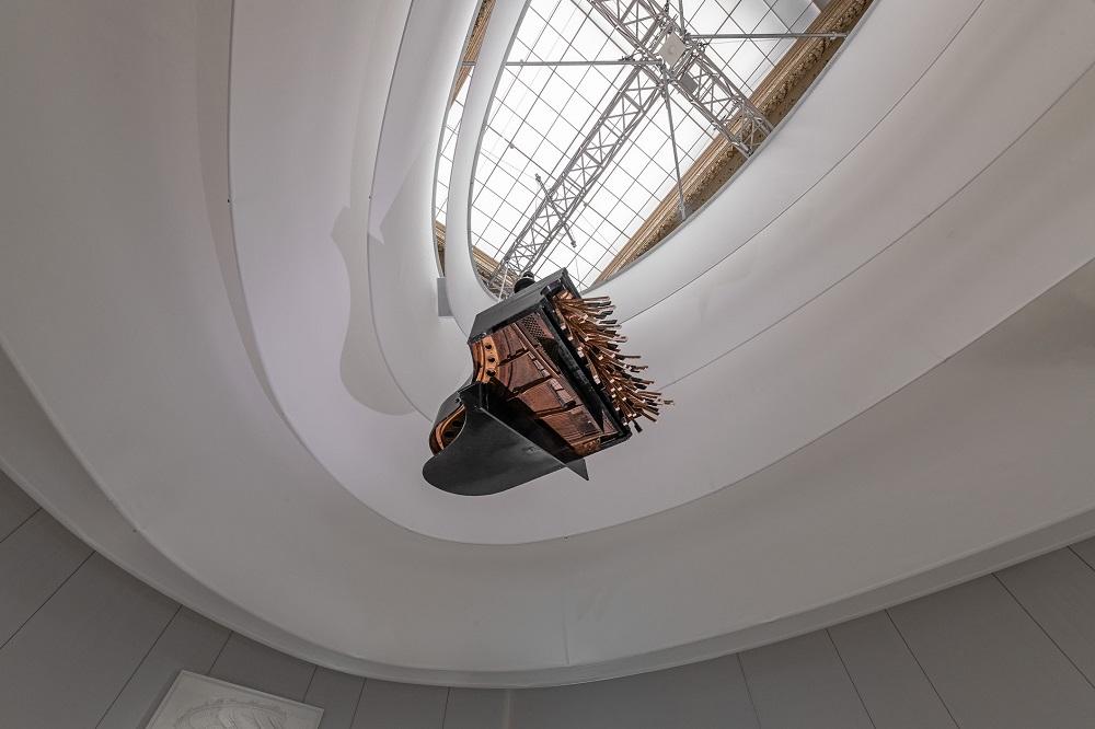 Ausstellungsansicht (479 KB) Rebecca Horn (*1944) Concert for Anarchy 2006 Piano, hydraulic cylinder, compressor 150 × 106 × 155 cm2006 Foto:© KHM-Museumsverband